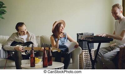 répétition, barbu, femme, elle, claviers, home., guitar., jeune, jouer, gai, bande, rire, joli, pendant, type, musical, chant, chanteur, homme