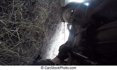 réparation, arbre, pov, voiture, sous, hélice, homme