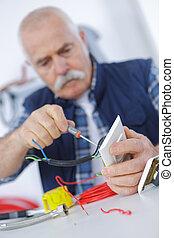 réparation, bouchon, électricien, vérification, adulte, personne agee