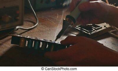 réparation, concept, vieux, circuit, réparations, chips, puce, ou, soudure, radio, planche, fumée, venir, technicien, style de vie, homme, électronique, iron., ingénieur