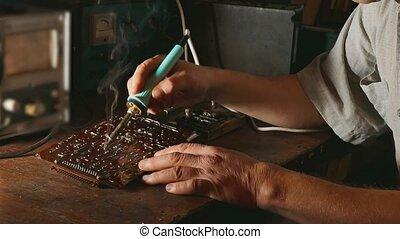 réparation, concept, vieux, fumée, réparations, chips, puce, ou, circuit, lifestyle., radio, planche, fer, venir, technicien, homme, électronique, iron., soudure, ingénieur