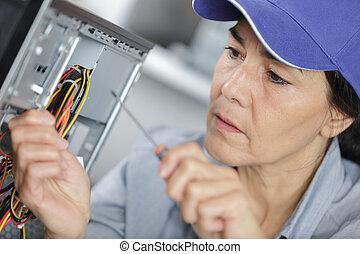 réparation, femme, technicien, informatique