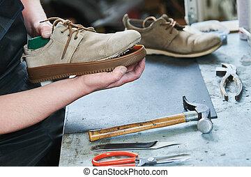 réparation, semelle, chaussures, glueing, shoe., cordonnier, mâle