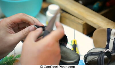 réparation, shoe., prise vue., fin, femme, cordonnier