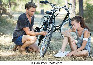 réparation, sien, petites amies, cassé, vélo, homme