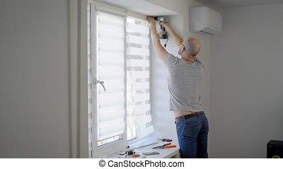 réparations, construit, heure, pend, employé, fenêtre, appartement, abat-jour, marques, récemment, mineur, il