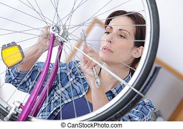 réparations, femme, vélo, clé