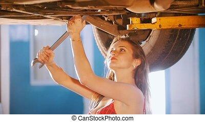 réparations, voiture, angle., haut, regarder, mécanicien, sexy, girl, spanner., côté