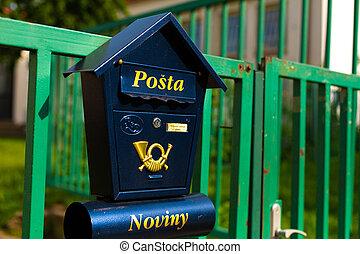 république, boîte lettres, bleu, tchèque, élégant, barrière, arrière-plan vert