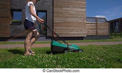 résidentiel, dos, suivre, paysan, gimbal, fauchage, femme, pelouse, côté, garden.