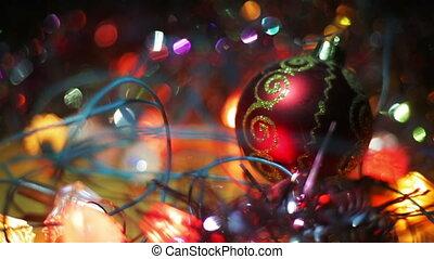 résumé, année, surface, brouillé, mensonges, pendre, fin, babiole, haut., jouet, entouré, arrière-plan., bokeh, nouveau, vacances, noël, boule rouge, bois, decoration., arbre, garlands., noël