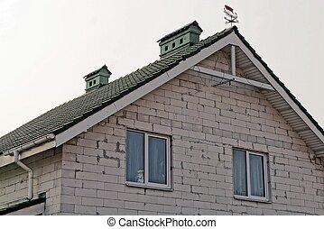 része, egy, szürke, tégla épület, noha, windows, alatt, egy, zöld, cserép tető