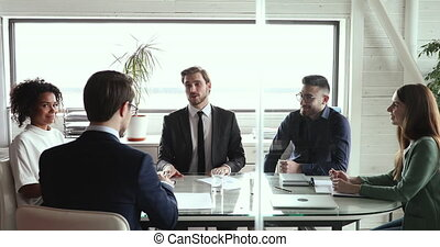 réunion affaires, heureux, groupe, négocier, partenaires, planche, poignée main, table