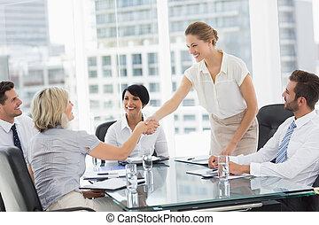 réunion affaires, mains, pendant, secousse, cadres