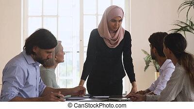 réunion, asiatique, équipe, femme, islamique, tenue, collègues., jeune, éditorial