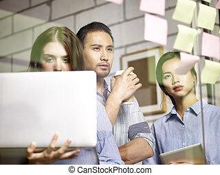 réunion, asiatique, bureau, equipe affaires