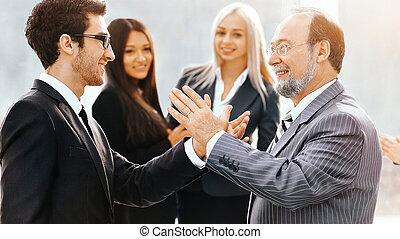 réunion, avant, business, amical, deux, partenaires, main, seconde