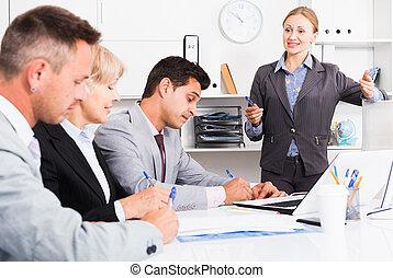 réunion, femme affaires, collègues, tenue