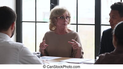 réunion, femme affaires, table, mûrir, négocier, partenaires, confiant