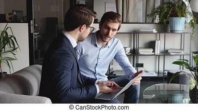 réunion, ordinateur portable, consentir, hommes affaires, utilisation, deux, intégrité, poignée main