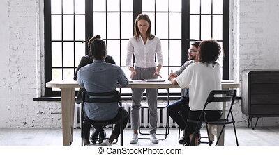 réunion, salle réunion, femme affaires, table, directeur corporation, mener, stand, briefing