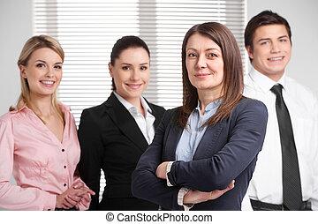 réussi, adulte, femme affaires, debout, à, traversé, arms., heureux, réussi, equipe affaires, debout, arriere-plan