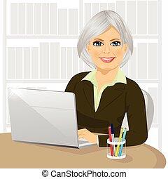 réussi, bureau, elle, mûrir, femme affaires, dactylographie, ordinateur portable, fonctionnement