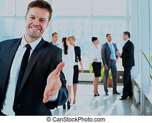 réussi, donner, main., portrait, homme affaires