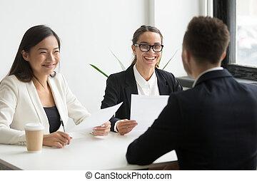 réussi, entretien travail, hr, positif, cadres, rire