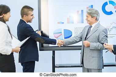 réussi, graphiques, salutation, chaque, autre, Hommes affaires, fond, mains, secousse