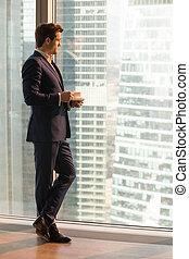 réussi, homme affaires, apprécier, coucher soleil, bureau