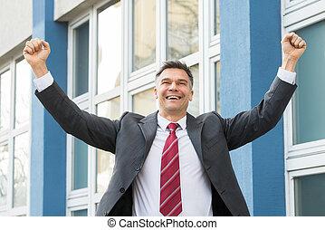 réussi, mûrir, excité, homme affaires, à, bras augmenté