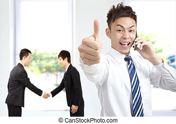 réussi, téléphone, homme affaires, haut, pouces