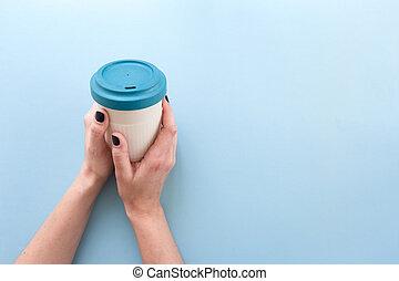 réutilisable, bambou, arrière-plan., plat à emporter, tasse, avoir, couvercle, mains, bleu