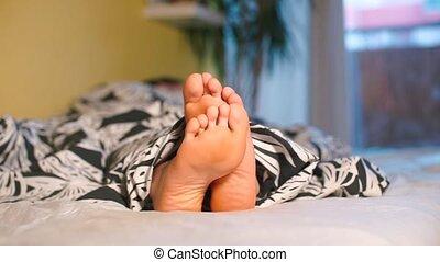réveiller, room., gros plan, haut, pieds, girl, hôtel