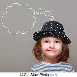 rêver, gosse, girl, dans, chapeau, recherche, sur, vide, bulle, au-dessus, sur, gris, fond