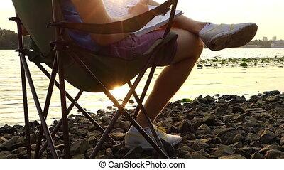 rêves, bloc-notes, écrit, créatif, assied, quelque chose, riverbank, homme