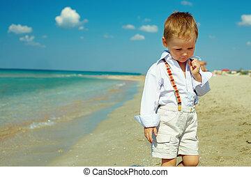 rêveur, dorlotez garçon, marche, les, mer, plage