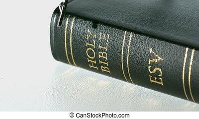 różańcowa perełka, biblia, na, spadanie