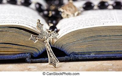 różańcowa perełka, krzyż, i, biblia