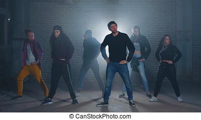 różny, spełnianie, grupa, tancerze, ciemny, ulica, ulica., porusza się