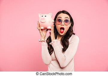 różowy, ciemny, 20ą, kobieta, bogaty, wizerunek, tło, odizolowany, pieniądze, włosy, dziewczęcy, przedstawianie, długi, dzierżawa okulary, na, bank, świnka