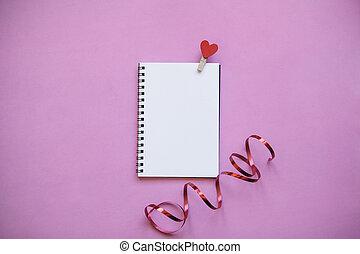 różowy, serce, szpilka, notatnik, tło., czysty
