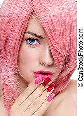 różowy włos, manicure