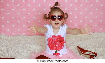 różowy, zabawny, mały, serca, miłość, fashionista., sends, słodki, dziecko, wysyłać, powietrze, sunglasses, tło., formułować, kisses., heart., dziewczyna, kiss., czerwony