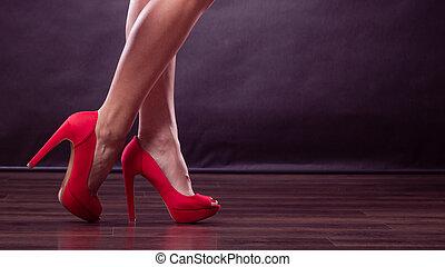 röd, kickhäler, spiked, skor, på, sexig, kvinnlig, ben