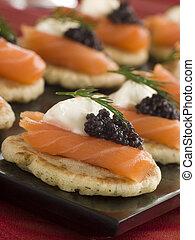 rökte lax, blinis, canap, s, med, gräddfilen, och, kaviar