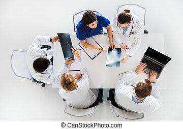 röntgenbilder, laptop, gruppe, klinik, doktoren
