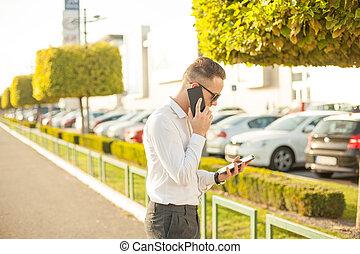 rörlig telefonera, affärsman, kompress, räcker