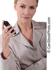 rörlig telefonera, kvinna räcka, allvarlig